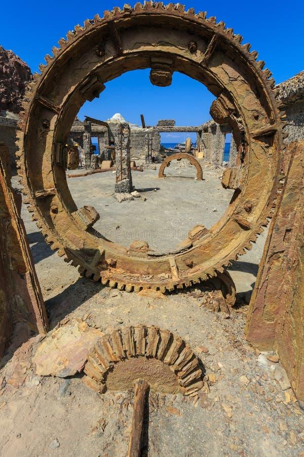 Άσπρο νησί, Νέα Ζηλανδία: Τεράστιο gearwheel στο ορυχείο θείου στοκ εικόνες