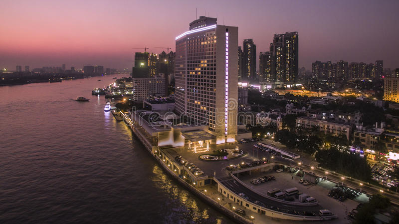 Άσπρο ξενοδοχείο κύκνων στοκ εικόνα με δικαίωμα ελεύθερης χρήσης