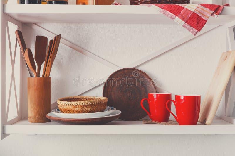 Άσπρο ξύλινο ράφι, αγροτικά έπιπλα κουζινών στοκ φωτογραφία