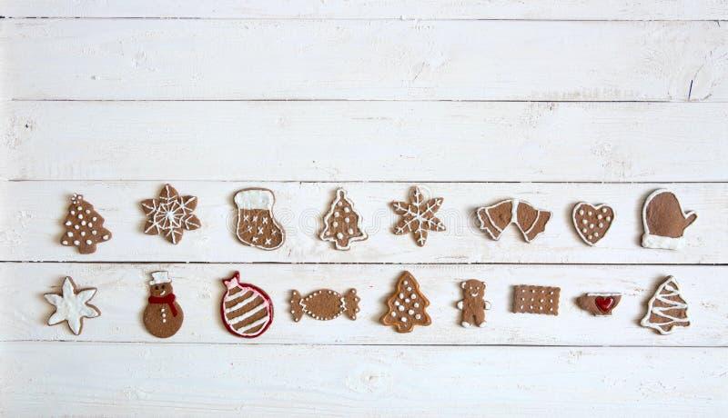 Άσπρο ξύλινο υπόβαθρο Χριστουγέννων με τα μπισκότα μελοψωμάτων Τοπ άποψη, διάστημα αντιγράφων για το κείμενο στοκ εικόνες