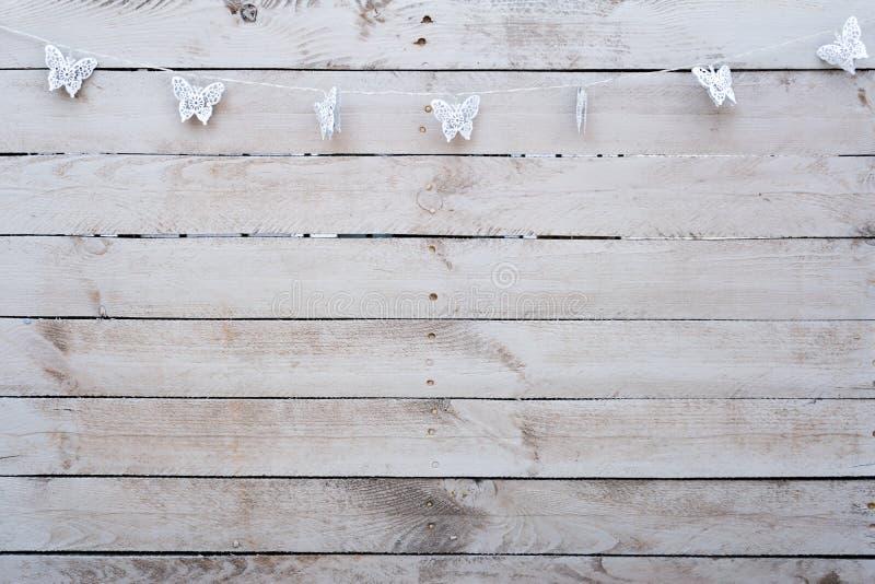 Άσπρο ξύλο υποβάθρου με τις πεταλούδες στοκ εικόνες