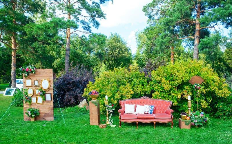Άσπρο ξύλινο κάθισμα που διακοσμείται για το γάμο στοκ εικόνες