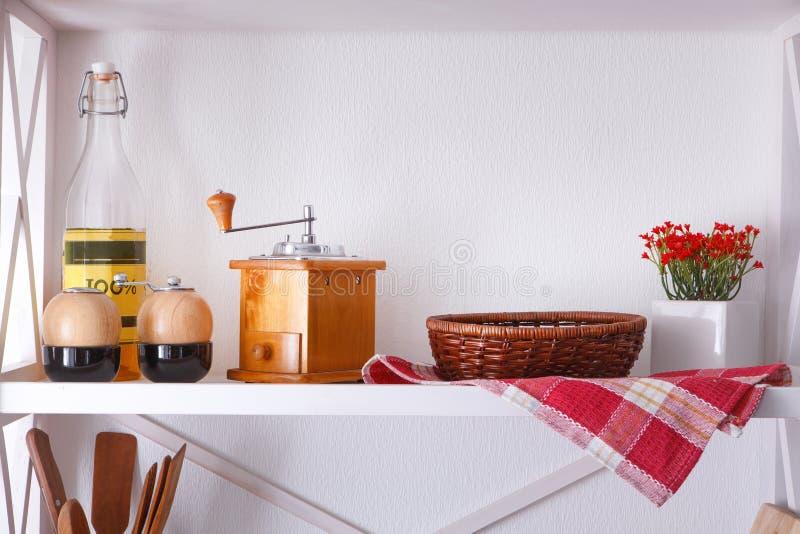 Άσπρο ξύλινο ράφι, αγροτικά έπιπλα κουζινών στοκ φωτογραφίες με δικαίωμα ελεύθερης χρήσης
