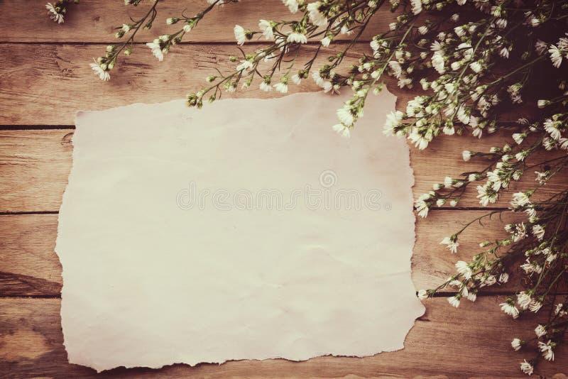 Άσπρο λουλούδι στον ξύλινο πίνακα grunge και υπόβαθρο εγγράφου με το spac στοκ εικόνα με δικαίωμα ελεύθερης χρήσης