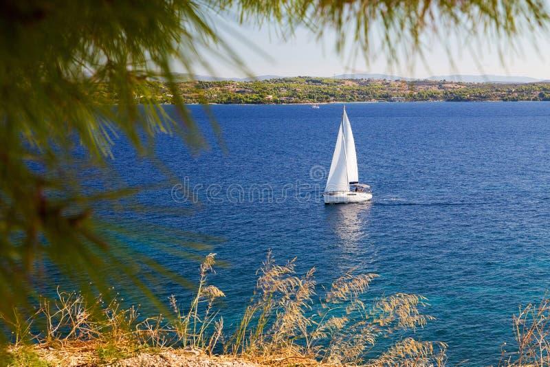 Άσπρο πανί στη Μεσόγειο στοκ εικόνα με δικαίωμα ελεύθερης χρήσης
