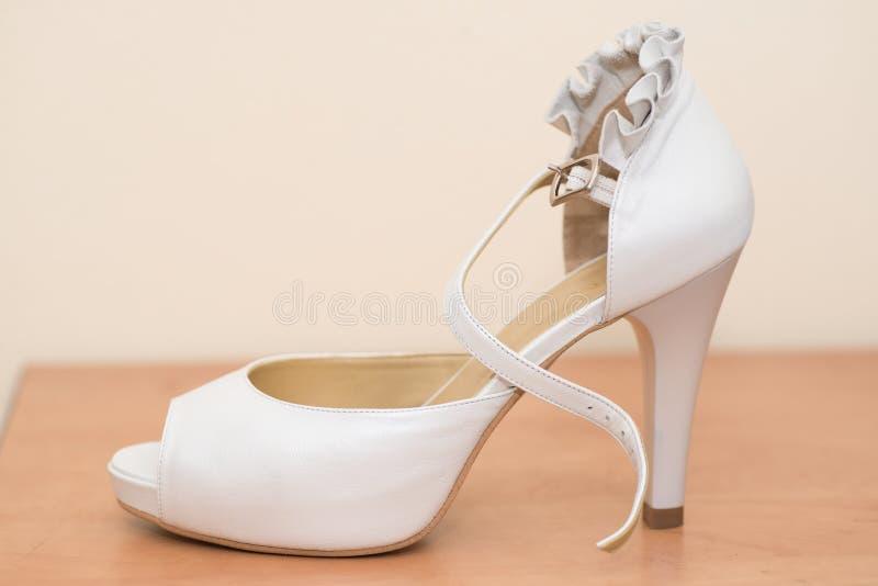 Άσπρο παπούτσι γαμήλιων νυφών στοκ εικόνες με δικαίωμα ελεύθερης χρήσης