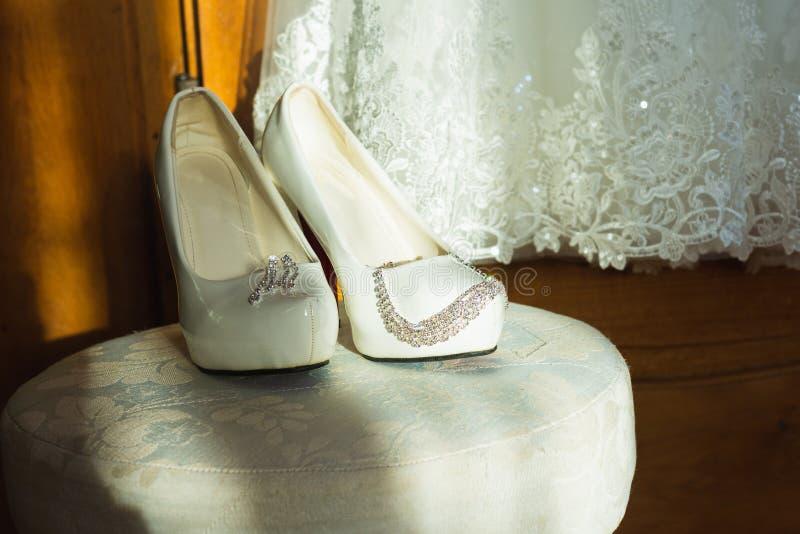 Άσπρο παπούτσι της νύφης υπόβαθρο γαμήλιου θέματος στοκ εικόνες