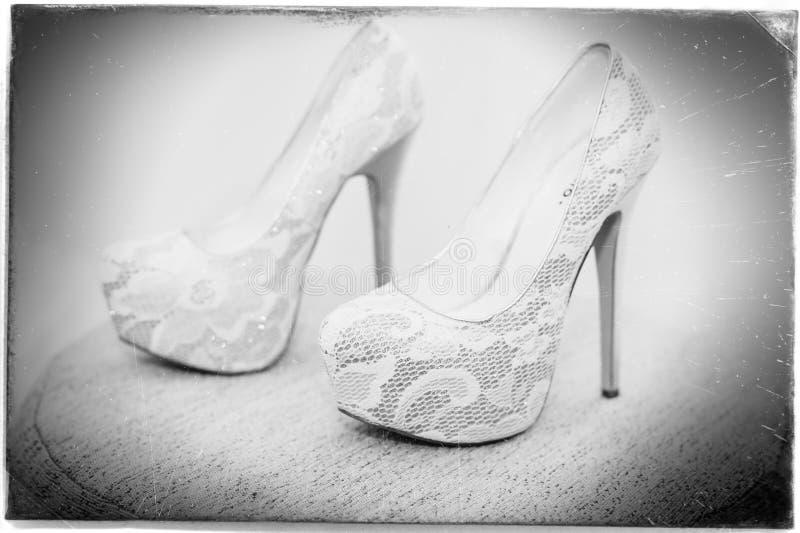 Άσπρο παπούτσι της νύφης υπόβαθρο γαμήλιου θέματος στοκ φωτογραφίες