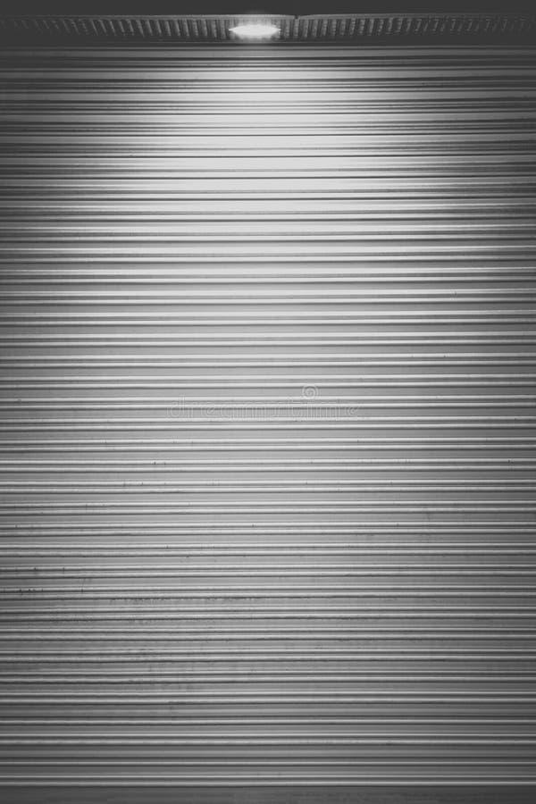 Άσπρο παραθυρόφυλλο πορτών τη νύχτα στοκ εικόνα