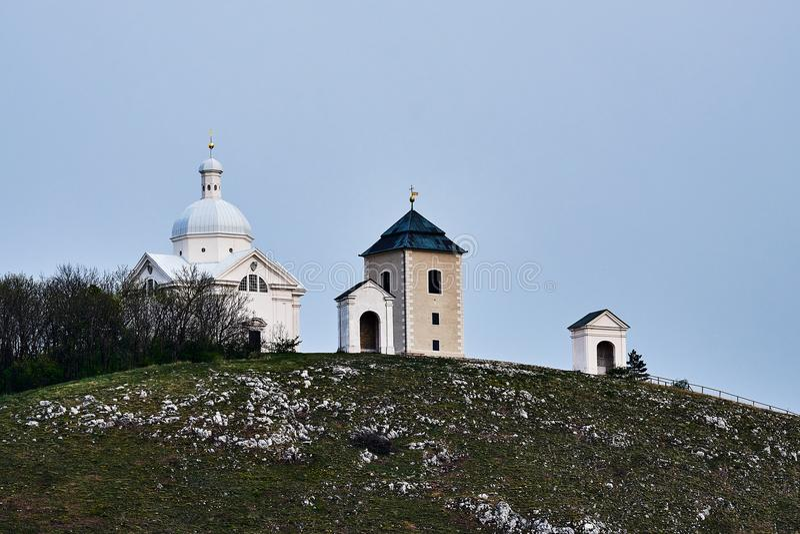 Άσπρο παρεκκλησι του ST Sebastian στον ιερό λόφο Mikulov Τσεχικό Republ στοκ εικόνα με δικαίωμα ελεύθερης χρήσης