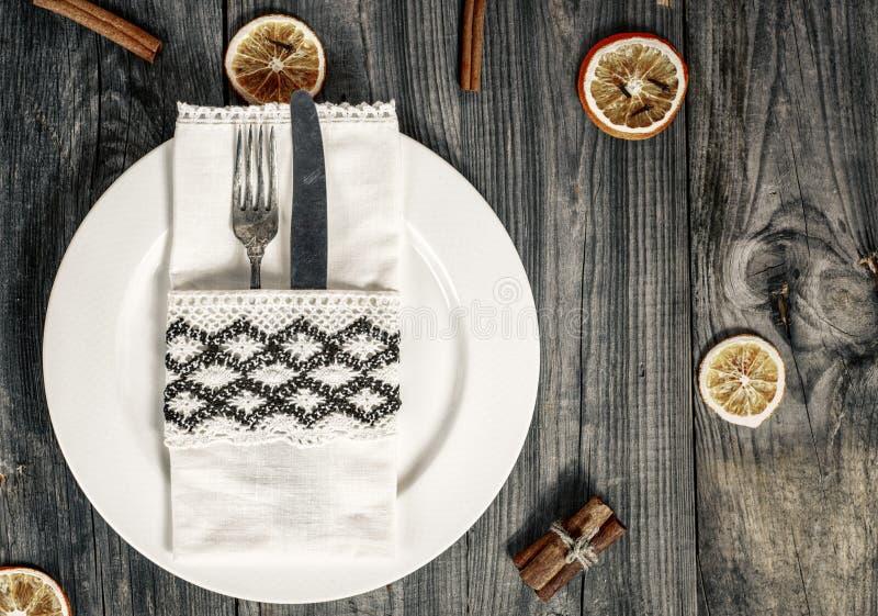 Άσπρο πιάτο με τα μαχαιροπήρουνα στοκ εικόνες