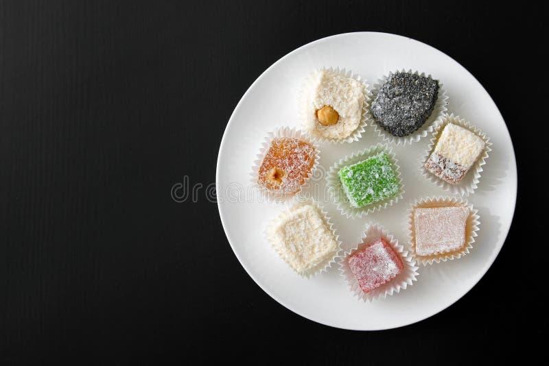 Άσπρο πιάτο με τις ζωηρόχρωμες καραμέλες στοκ φωτογραφίες με δικαίωμα ελεύθερης χρήσης