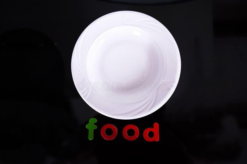 Άσπρο πιάτο που απομονώνεται στο μαύρο υπόβαθρο στοκ φωτογραφία με δικαίωμα ελεύθερης χρήσης