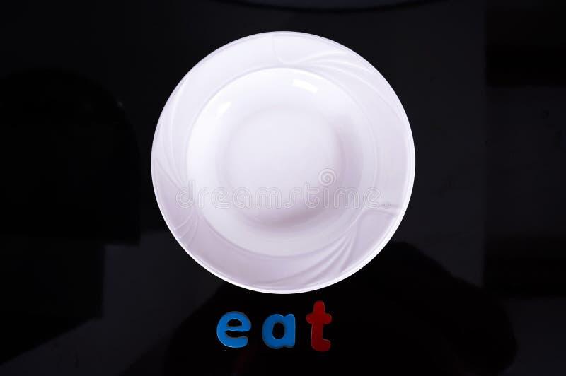 Άσπρο πιάτο που απομονώνεται στο μαύρο υπόβαθρο στοκ εικόνα με δικαίωμα ελεύθερης χρήσης