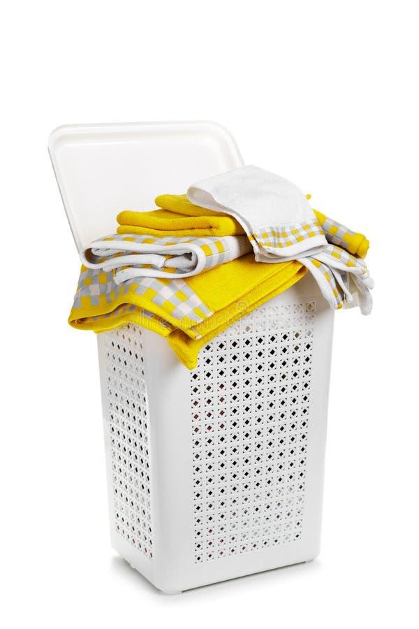 Άσπρο πλαστικό καλάθι πλυντηρίων με την πετσέτα στο άσπρο υπόβαθρο στοκ εικόνες
