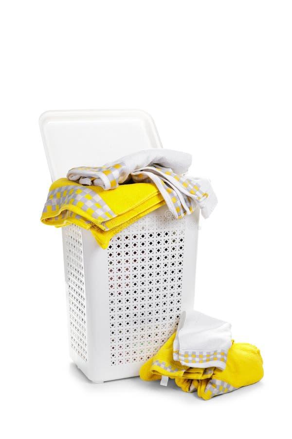 Άσπρο πλαστικό καλάθι πλυντηρίων με την πετσέτα στο άσπρο υπόβαθρο στοκ εικόνα με δικαίωμα ελεύθερης χρήσης