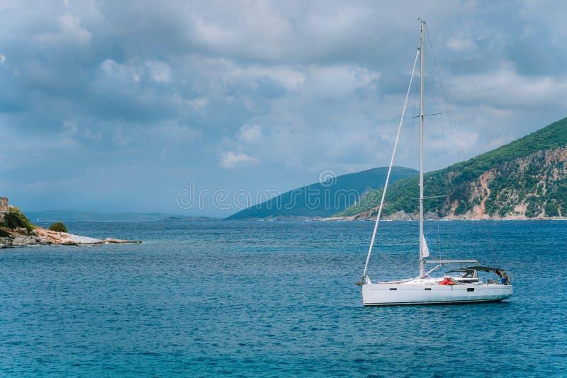 Άσπρο πλησιάζοντας λιμάνι σκαφών αναψυχής του ψαροχώρι Φισκάρδο, νησί Ελλάδα Kefalonia την ηλιόλουστη θερινή ημέρα στοκ εικόνες