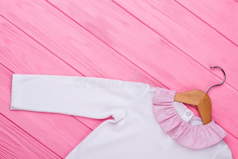 Άσπρο πουκάμισο στην ξύλινη κρεμάστρα στοκ φωτογραφίες