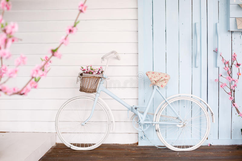 Άσπρο ποδήλατο με το όμορφο καλάθι λουλουδιών στοκ φωτογραφίες