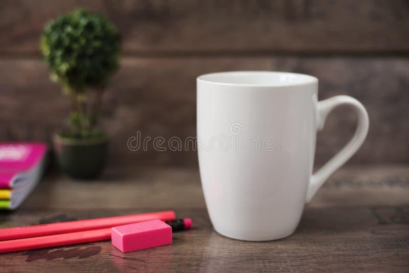 Άσπρο πρότυπο κουπών κενή κούπα Το πρότυπο κουπών καφέ με το φωτεινό νέο χρωματίζει τα μολύβια και τα σημειωματάρια Σε δοχείο μπο στοκ φωτογραφίες με δικαίωμα ελεύθερης χρήσης
