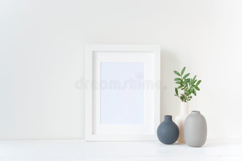 Άσπρο πρότυπο πλαισίων με τη σύνθεση βάζων στοκ εικόνα με δικαίωμα ελεύθερης χρήσης