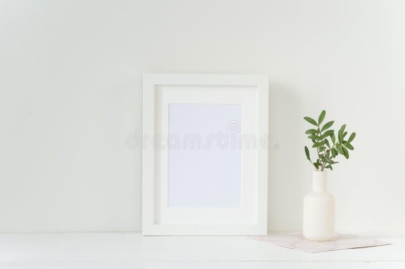Άσπρο πρότυπο πλαισίων με το βάζο στοκ εικόνες με δικαίωμα ελεύθερης χρήσης