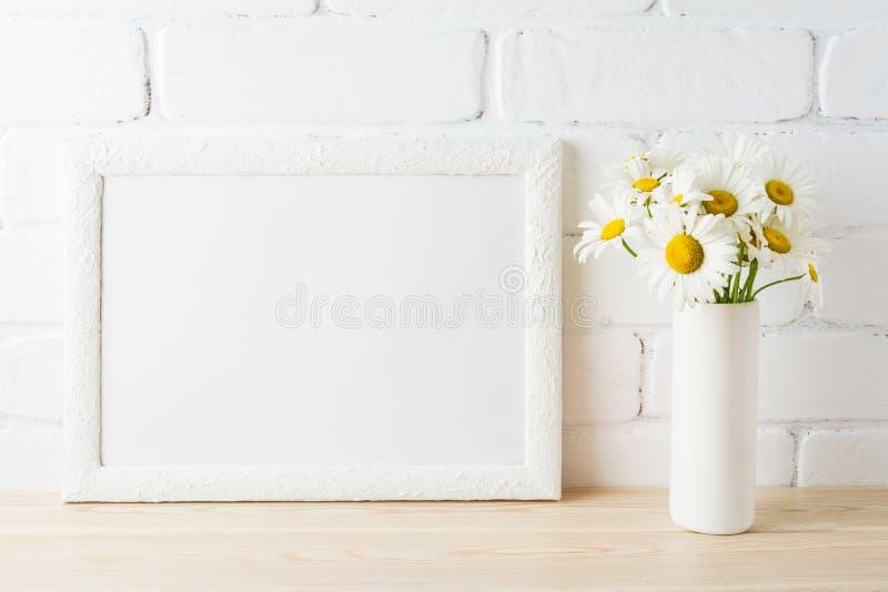 Άσπρο πρότυπο πλαισίων τοπίων με το λουλούδι μαργαριτών στο ορισμένο βάζο στοκ εικόνες