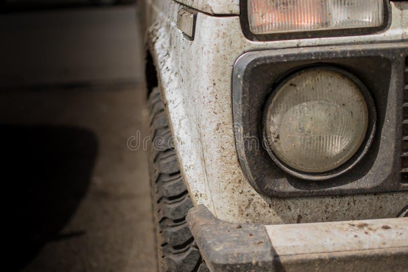 Άσπρο πλαϊνό όχημα που καλύπτεται στη λάσπη στοκ εικόνες με δικαίωμα ελεύθερης χρήσης