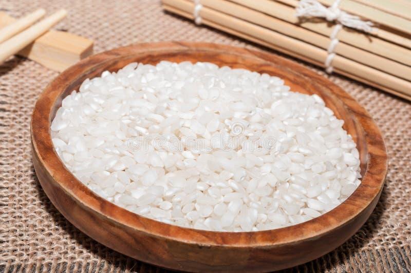 Άσπρο ρύζι, σε ένα τραπεζομάντιλο και chopsticks ένα στοκ φωτογραφίες με δικαίωμα ελεύθερης χρήσης