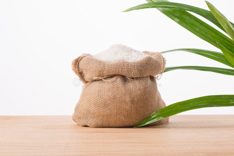 Άσπρο ρύζι της Jasmine στο σάκο που απομονώνεται στο άσπρο υπόβαθρο στοκ φωτογραφία με δικαίωμα ελεύθερης χρήσης