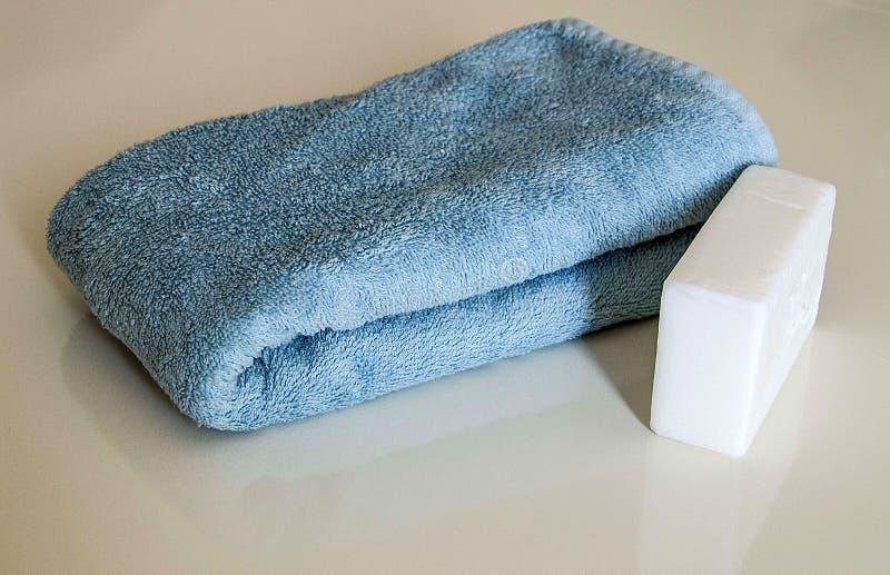 Άσπρο σαπούνι λουτρών, σακούλα λουτρών και πετσέτα λουτρών, τουρκικά λουτρά λουτρών, στοκ φωτογραφία