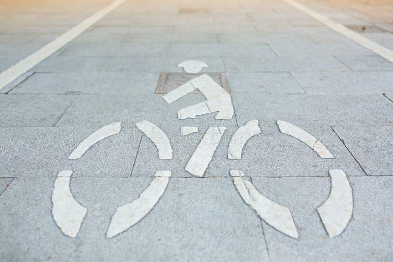 Άσπρο σημάδι ποδηλάτων στον τρόπο περιπάτων στοκ φωτογραφίες