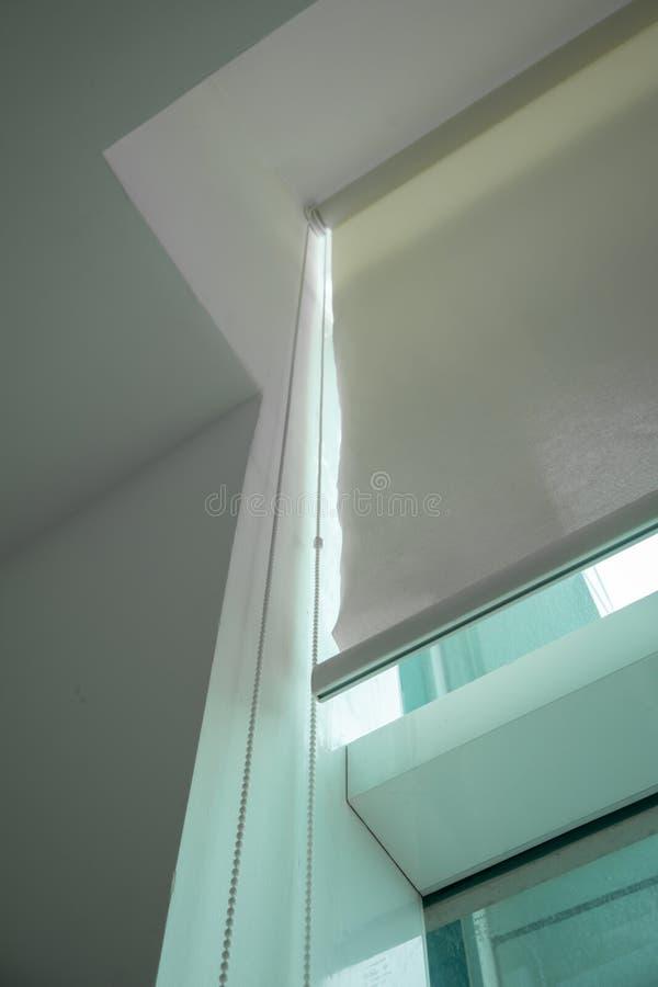 Άσπρο σιδηροδρομικό σύστημα κουρτινών την ελαφριά κουρτίνα που εγκαθίσταται με στο ceilin στοκ φωτογραφίες με δικαίωμα ελεύθερης χρήσης