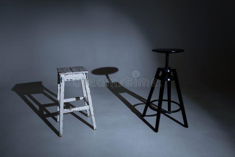 Άσπρο σκαμνί και μαύρη καρέκλα πορτρέτου στοκ φωτογραφίες