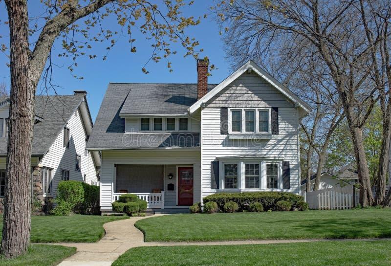 Άσπρο σπίτι με τον κυρτό περίπατο στοκ εικόνες με δικαίωμα ελεύθερης χρήσης
