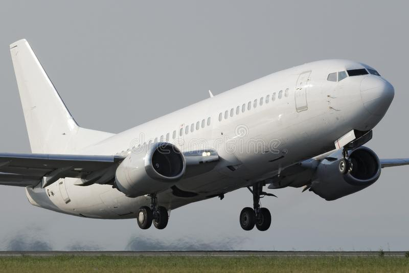Άσπρο στενό αεριωθούμενο αεροπλάνο σωμάτων στοκ εικόνες με δικαίωμα ελεύθερης χρήσης