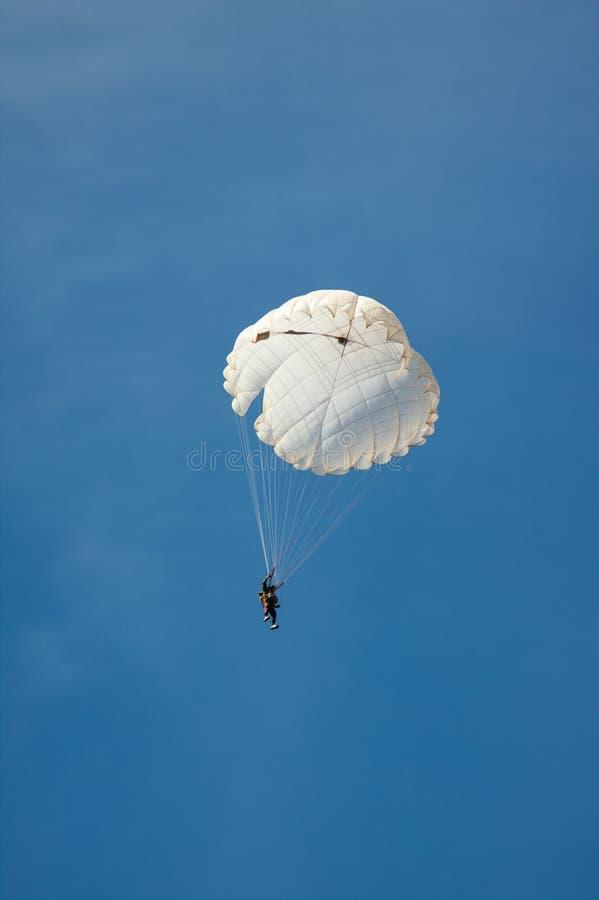 Άσπρο στρογγυλό αλεξίπτωτο στο μπλε ουρανό υποβάθρου στοκ φωτογραφία με δικαίωμα ελεύθερης χρήσης