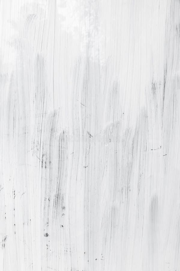 Άσπρο στρώμα χρωμάτων πέρα από τον τοίχο γυαλιού, κάθετο υπόβαθρο στοκ εικόνα με δικαίωμα ελεύθερης χρήσης