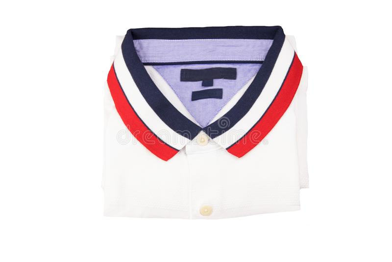 Άσπρο σχέδιο πουκάμισων πόλο με το μπλε άσπρο κόκκινο περιλαίμιο στον άσπρο ISO στοκ εικόνες