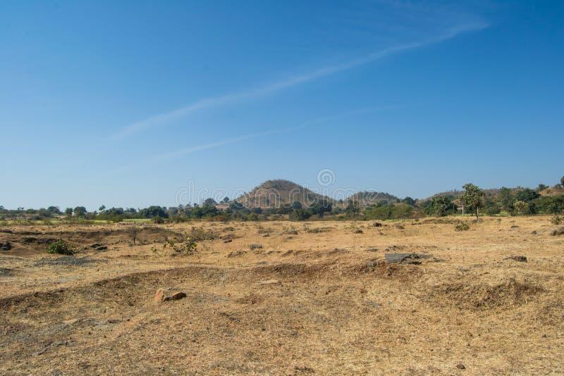 Άσπρο τοπίο Hill σύννεφων μπλε ουρανού και ξηρό λιβάδι στοκ φωτογραφία με δικαίωμα ελεύθερης χρήσης