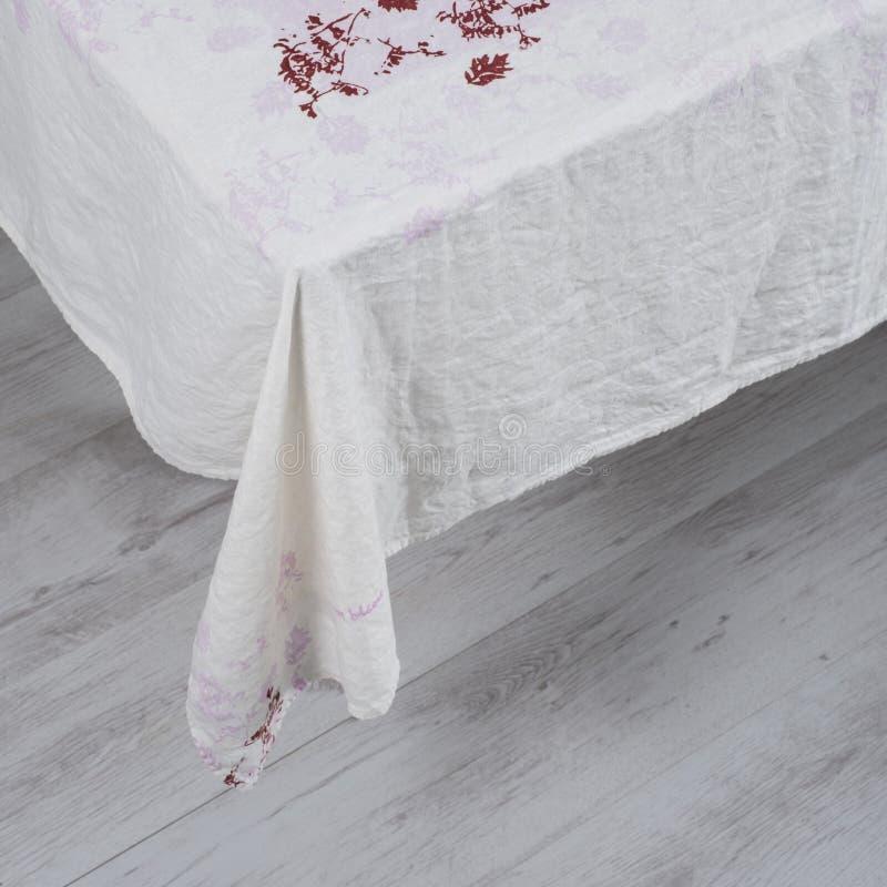 Άσπρο τραπεζομάντιλο με τις κόκκινες Floral εμφάσεις στοκ εικόνες