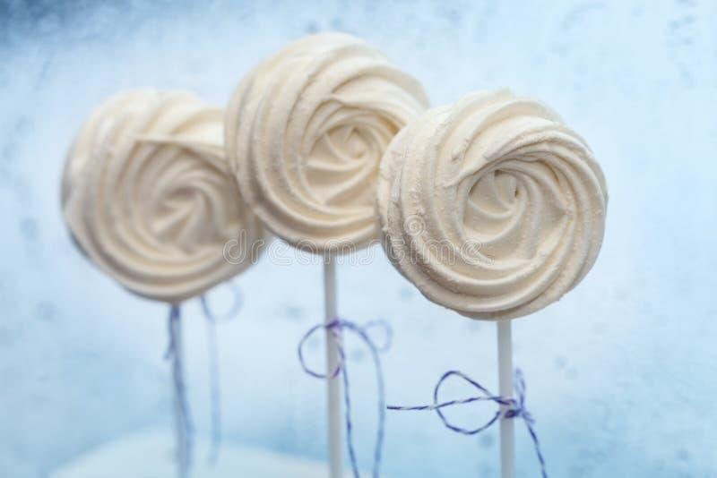 Άσπρο τρυφερό marshmallow σε μια κινηματογράφηση σε πρώτο πλάνο ραβδιών στοκ φωτογραφίες με δικαίωμα ελεύθερης χρήσης