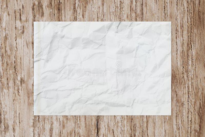 Άσπρο τσαλακωμένο κενό έγγραφο για τον ξύλινο πίνακα στοκ φωτογραφία με δικαίωμα ελεύθερης χρήσης