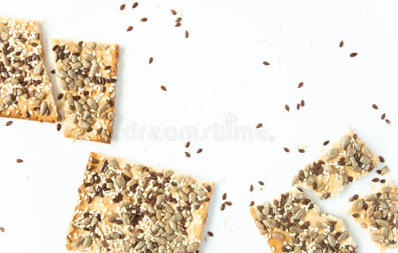 Άσπρο υπόβαθρο με τα μπισκότα σιταριού Χρήσιμο πρόχειρο φαγητό, κατάλληλη διατροφή Υγιή τρόφιμα προγευμάτων για τα vegans στοκ εικόνες με δικαίωμα ελεύθερης χρήσης