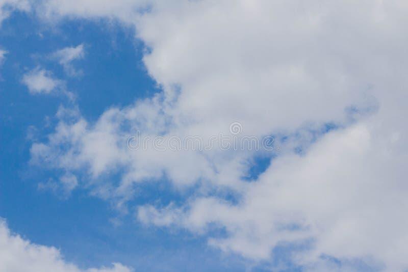 Άσπρο υπόβαθρο σύννεφων σωρειτών μπλε ουρανού στοκ εικόνα
