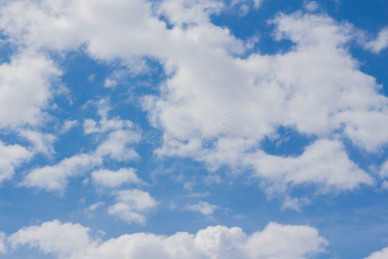 Άσπρο υπόβαθρο σύννεφων σωρειτών μπλε ουρανού στοκ φωτογραφία