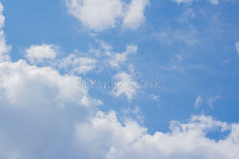 Άσπρο υπόβαθρο σύννεφων σωρειτών μπλε ουρανού στοκ εικόνες