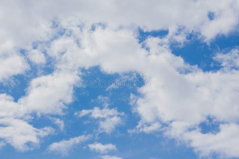 Άσπρο υπόβαθρο σύννεφων σωρειτών μπλε ουρανού στοκ εικόνα με δικαίωμα ελεύθερης χρήσης