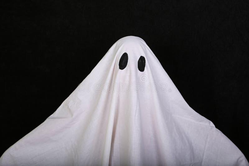 Άσπρο φάντασμα στο μαύρο υπόβαθρο Κόμμα διακοπών αποκριών στοκ εικόνα με δικαίωμα ελεύθερης χρήσης