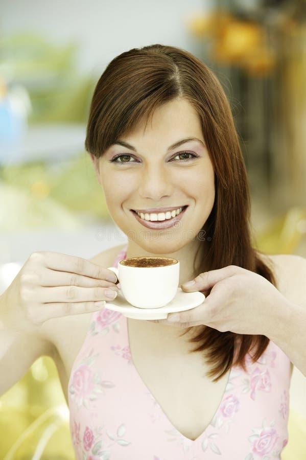 Άσπρο φλιτζάνι του καφέ πορσελάνης νέων κοριτσιών πορτρέτου στοκ φωτογραφίες